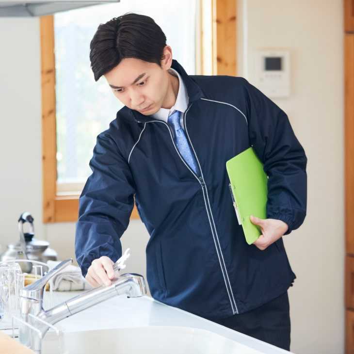 家の中の水道を点検する様子